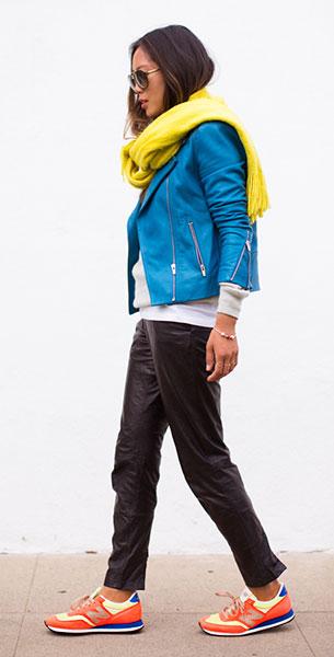 รองเท้า New Balance สีส้มเหลืองน้ำเงิน ตัวหนังสือสีเทา แจ๊คเก็ต Veda สเว็ตเตอร์ J. Crew กางเกง Muubaa