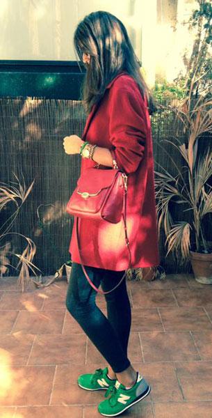 รองเท้า นิวบาลานซ์ สีเขียว ตัวหนังสือสีขาว เสื้อคลุม Javier Simorra เลกกิ้ง Zara กระเป๋า Coach แว่นตากันแดด Prada