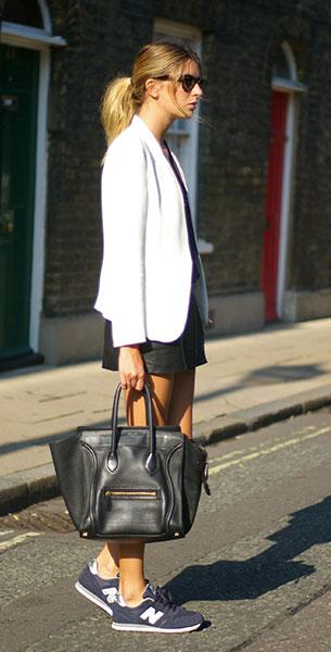 รองเท้า New Balance สีเทาน้ำเงิน ตัวหนังสือสีขาว เสื้อคลุม Zara กางเกง Maje แว่นตากันแดด Ray Ban กระเป๋า Celine