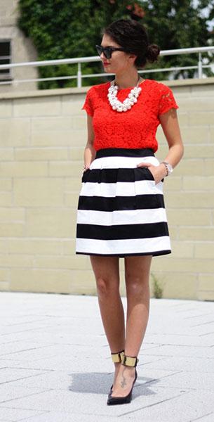 กระโปรงลายขวาง ขาวดำ Hallhuber เดรสสีแดง Zara Kids รองเท้า Guess แว่นตากันแดด Ray Ban นาฬิกา Michael Kors สร้อยคอ Zara