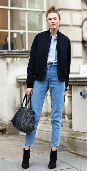 กางเกงยีนส์ทรง Mom แจ็คเก็ตสีน้ำเงินเข้ม เสื้อเชิ้ตสีฟ้า กระเป๋า Balenciaga Irina Kulikova