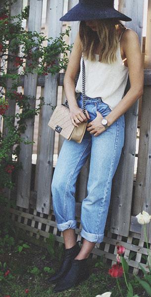 กางเกงยีนส์ทรง Mom Vintage Levi เสื้อสายเดี่ยว Brandy รองเท้าบู้ท Modern Vice กระเป๋า หมวก Chanel Worth & Worth สร้อยคอ H&M