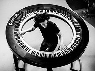 คีย์บอร์ดวงแหวน PianoArc ในคอนเสิร์ตเลดี้กาก้า