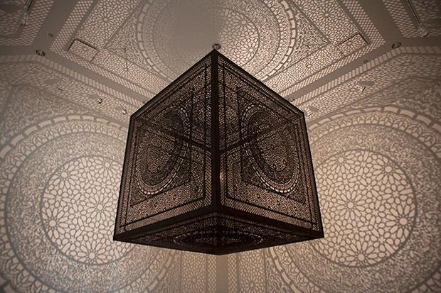 งานศิลปะจากหลอดไฟเพียงหลอดเดียว Anila Quayyum Agha