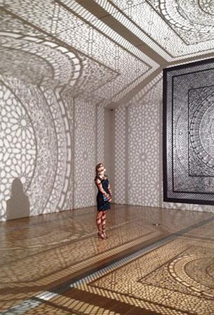 งานศิลปะจากแสงเงาของกล่องลูกบาศก์แกะสลัก Anila Quayyum Agha