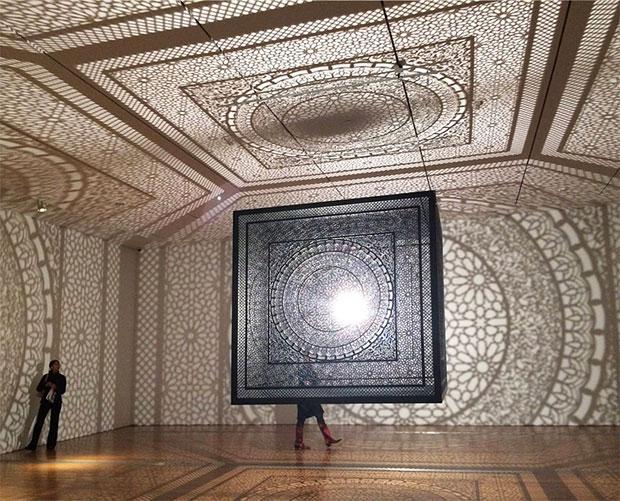 งานศิลปะจากแสงเงาของกล่องลูกบาศก์แกะสลัก