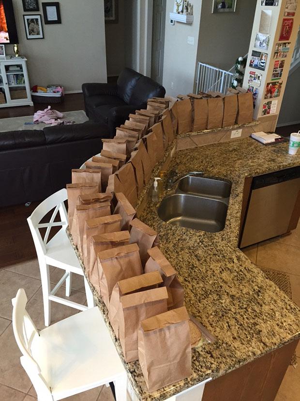 ถุงอาหารที่เด็กใช้เงินเก็บซื้อให้คนไร้บ้าน