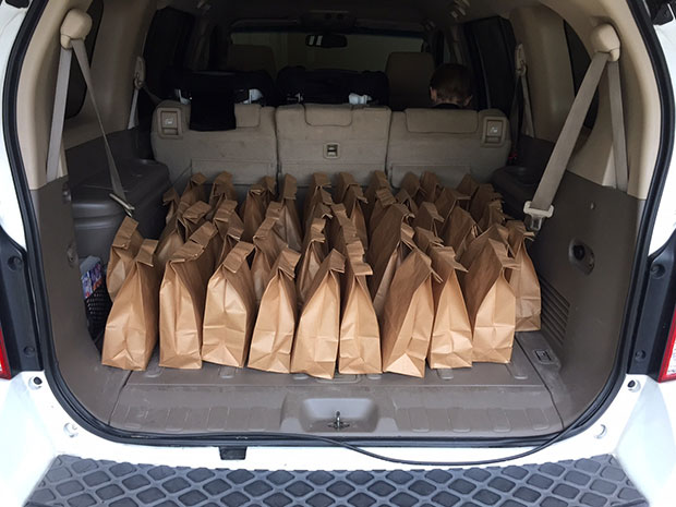 ถุงอาหารสำหรับคนไร้บ้านที่เด็กใช้เงินเก็บซื้อให้