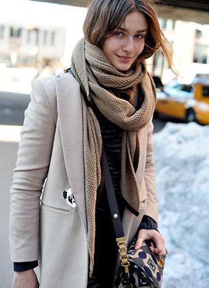 ผ้าพันคอสีน้ำตาลอ่อน เสื้อดำ เสื้อโค้ทน้ำตาลอ่อน กระเป๋า Marni Andrea Diaconu