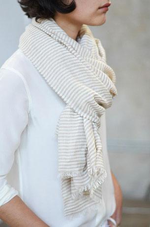 ผ้าพันคอ ลายเส้นสีขาวสลับเทา Everlane