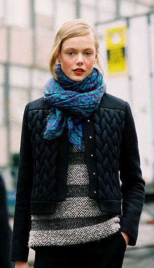 ผ้าพันคอ สีน้ำเงินเขียว Frida Gustavsson Michael Kors NYC Feburary 2012