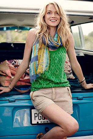 ผ้าพันคอ สีฟ้าม่วงเหลืองขาว Anthropologie เสื้อกล้ามสีเขียว กางเกงขาสั้นสีน้ำตาลอ่อน