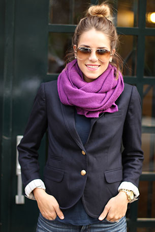 ผ้าพันคอ สีม่วง Forever 21 เสื้อสูท J. Crew กางเกงยีนส์ J Brand เสื้อยืด Stylemint นาฬิกา Michael Kors แว่นตากันแดด Ray Ban