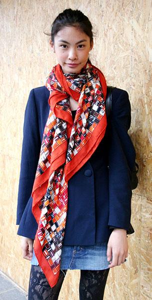 ผ้าพันคอ สีส้ม เสื้อสูทสีน้ำเงิน กระโปรงยีนส์สั้น ถุงน่องดำ