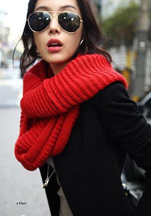ผ้าพันคอ ไหมพรมสีแดง Desipotli เสื้อสูทดำ