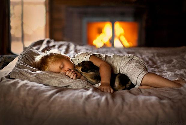 ภาพถ่ายเด็กนอนหลับกับลูกหมา