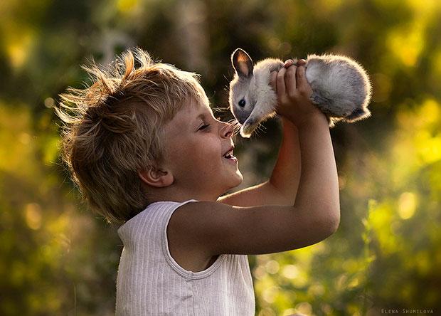 ภาพถ่ายเด็กยกกระต่าย