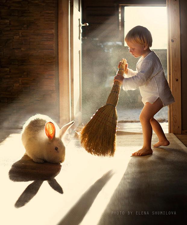 ภาพถ่ายเด็กเล่นไม้กวาดกับกระต่าย