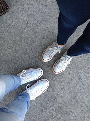 รองเท้าคอนเวิร์ส สีขาว เส้นแดง กางเกงยีนส์