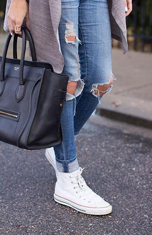 รองเท้าคอนเวิร์ส สีขาว เส้นแดง เสื้อคลุม AStars กางเกงยีนส์ AG Maternity กระเป๋า Celine นาฬิกา Michael Kors