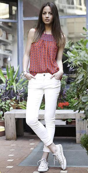 รองเท้าคอนเวิร์ส สีขาว เส้นแดง เสื้อ Girlfriends Material กางเกง Uterqüe กำไล Uterqüe