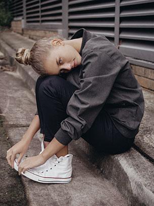 รองเท้าคอนเวิร์ส สีขาว เส้นแดง แจ็คเก็ตสีเทา กางเกงสีดำ Chase Carter Australia IMG Models