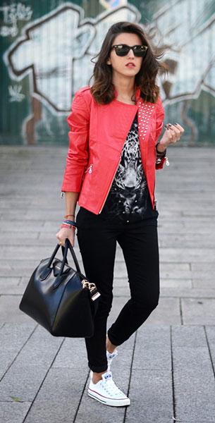 รองเท้าคอนเวิร์ส สีขาว เส้นแดง แจ๊คเก็ตแดง Suiteblanco เสื้อ Suiteblanco กางเกงดำ Suiteblanco กระเป๋า Givenchy