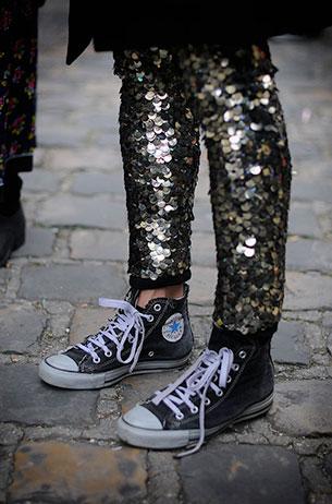 รองเท้า Converse All Star สีดำ พื้นขาว กางเกงปักเลื่อม