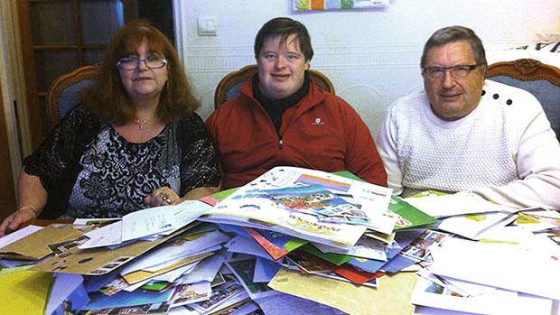 ลูกชายดาวน์ซินโดรมได้รับการ์ดอวยพรกว่า 42000 ใบหลังจากคุณพ่อขอให้เพื่อนใน Facebook ช่วยเขียนให้