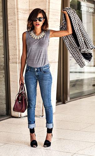 สร้อยคอขนาดใหญ่  Eva Mendes เสื้อคลุม Spiegel เสื้อยืด American Apparel กางเกงยีนส์ Armani Exchange รองเท้า Ask Alice