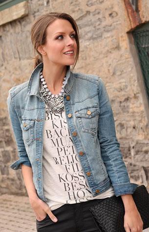 สร้อยคอขนาดใหญ่  Zara แจ๊คเก็ตยีนส์ TinselTown เสื้อยืด J. Crew กางเกงยีนส์ Forever 21 รองเท้า Guess กระเป๋า Forever 21