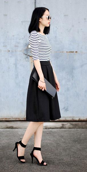 เสื้อลายขวาง ขาวดำ กระโปรงดำ