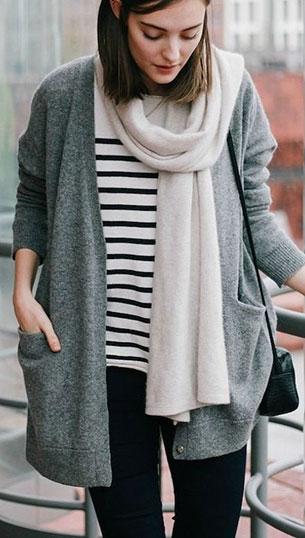 เสื้อลายขวาง ขาวดำ สเว็ตเตอร์เทา ผ้าพันคอขาว กางเกงดำ