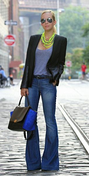 กางเกงยีนส์ขาบาน Paige เสื้อคลุมสีดำ Parker เสื้อยืดสีเทา AA กระเป๋า Celine สร้อยคอ Lauren Elan