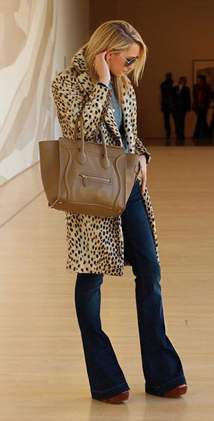 กางเกงยีนส์ขาบาน Seven for All Mankind เสื้อ Gap เสื้อโค้ทลายเสือดาว Malene Birger รองเท้า Miu Miu กระเป๋า Celine