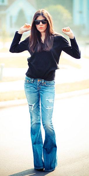 กางเกงยีนส์ขาบาน True Religion สเว็ตเตอร์สีดำ Christian Dior รองเท้าส้นสูง Balenciaga แว่นตากันแดด Ray Ban