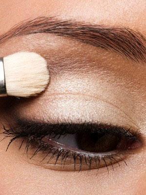 ทารองพื้นที่เปลือกตาด้วยอายแชโดว์สีขาวเพื่อเพิ่มสีสันและติดทนนาน