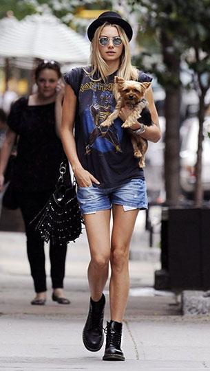 รองเท้าด๊อกเตอร์มาร์ติน เสื้อยืด กางเกงยีนส์ขาสั้น Jessica Hart