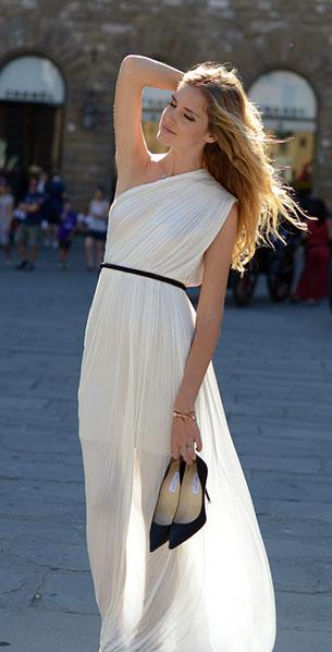 เดรสเปิดไหล่ข้างเดียว สีขาว Maria Lucia Hohan เข็มขัดสีดำ รองเท้าดำ Chiara Ferragni