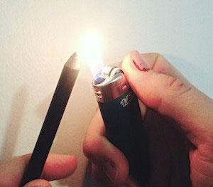 เปลี่ยนดินสอเขียนขอบตาหรือขอบปากให้เป็นเจลด้วยไฟแช็ค