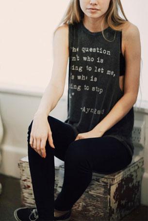 เสื้อกล้ามสีเทาเข้ม Brandy Melville คำพูดของ Ayn Rand