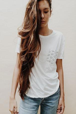 เสื้อยืดสีขาว Brandy Melville กระเป๋าเสื้อรูปหอยเชลล์