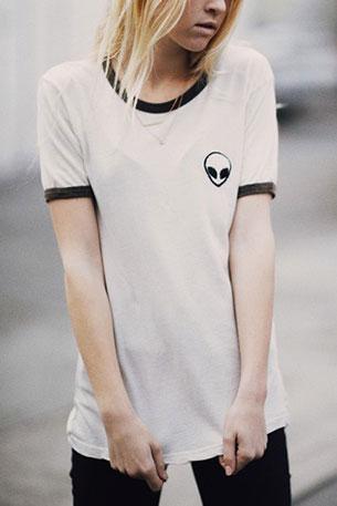 เสื้อยืดสีขาว Brandy Melville รูปมนุษย์ต่างดาว