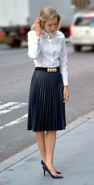 เสื้อเชิ้ตขาว Brooks Brothers กระโปรงสีน้ำเงินเทา Zara รองเท้า Ralph Lauren เครื่องประดับที่ปกเสื้อ Asos