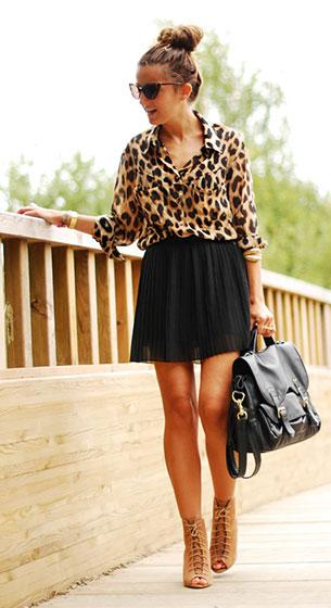 เสื้อเชิ้ตลายเสื้อดาว Queens Wardrobe กระโปรงสีดำ Bershka รองเท้า Zara กระเป๋า H&M แว่นตากันแดด Tom Ford