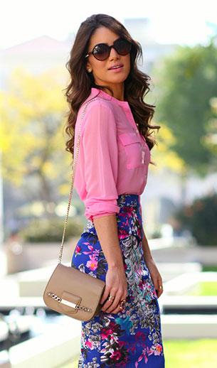 เสื้อเชิ้ตสีชมพู H&M กระโปรงลายดอกไม้ Bebe รองเท้า Saint Laurent กระเป๋า Jimmy Choo แว่นตากันแดด Carrera