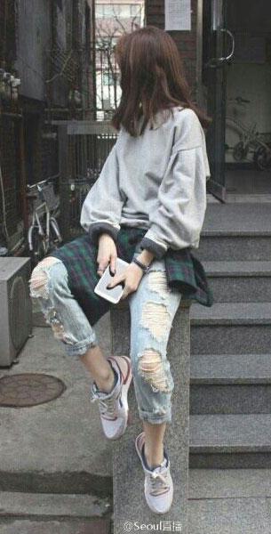 แฟชั่นสไตล์เกาหลี สเว็ตเตอร์เทา กางเกงยีนส์ขาดๆ