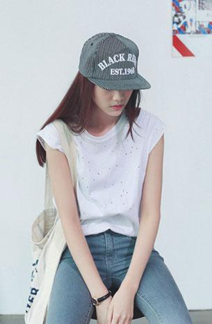 แฟชั่นสไตล์สาวเกาหลี เสื้อขาวแขนกุด กางเกงยีนส์