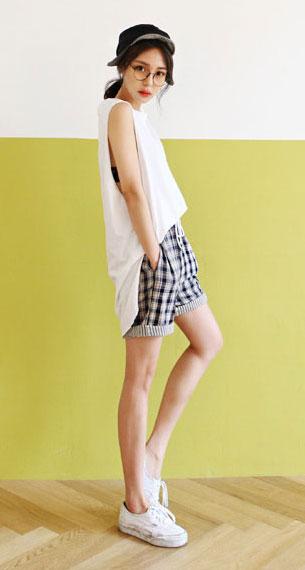 แฟชั่นสไตล์เกาหลี เสื้อยืดยาวสีขาว กางเกงขาสั้นลายสก๊อต รองเท้าผ้าใบ