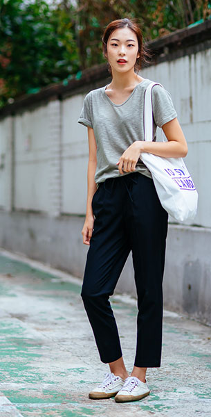 แฟชั่นสไตล์เกาหลี เสื้อยืดสีเทา กางเกงดำ รองเท้าผ้าใบ